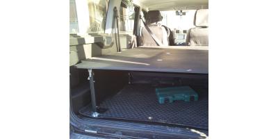Жесткая полочка в багажник авто