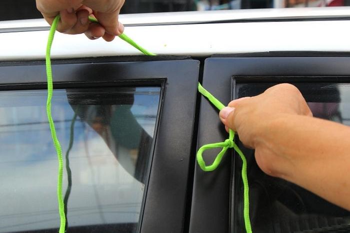 Заводим веревку между уплотнителем и дверью