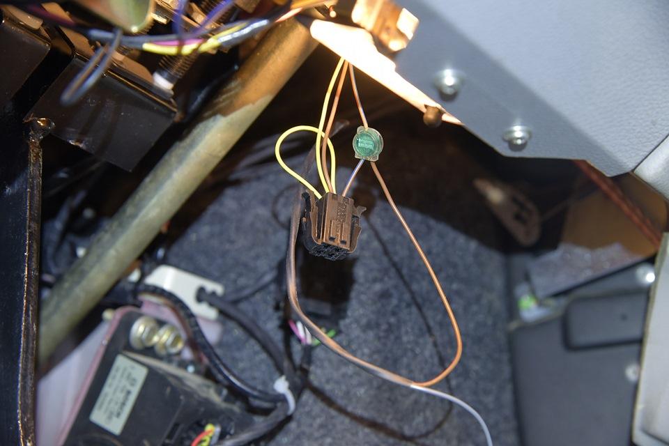 Подключаем провода к педалям тормоза и сцепления