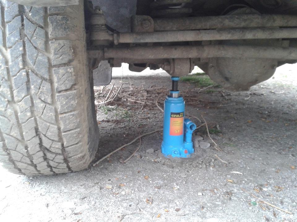 Процесс поддомкрачивания одного из колес